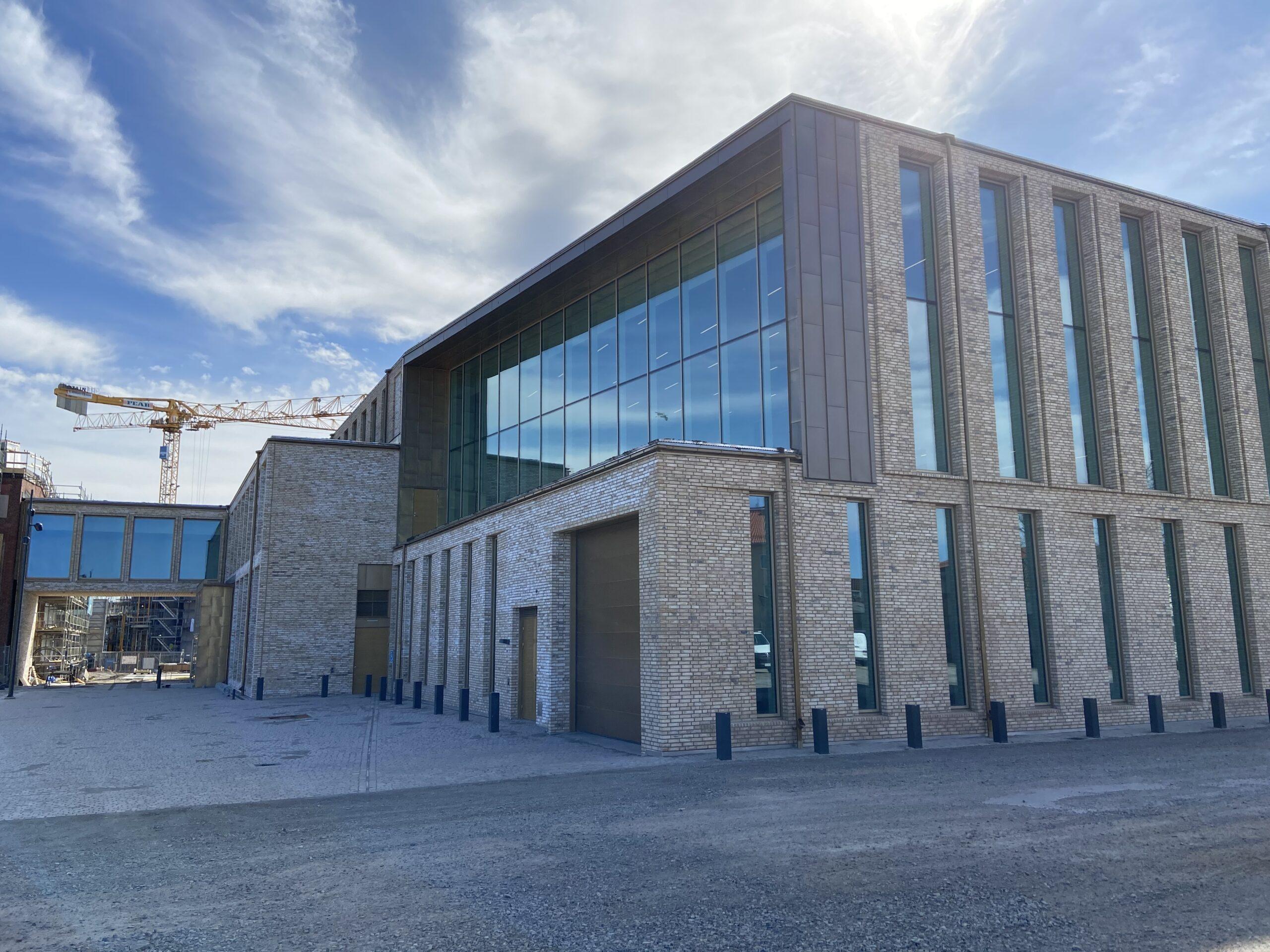 Falkenbergs kultur kunskaps centrum byggplåt mässing